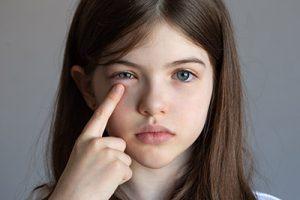 young girl eye emergency